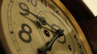 目覚ましのアラームなしで目覚めるためには、早寝をすることが大切だ